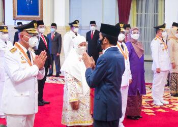 Gubernur Sumbar Mahyeldi Ansyarullah dilantik Presiden Jokowi di istana negara.