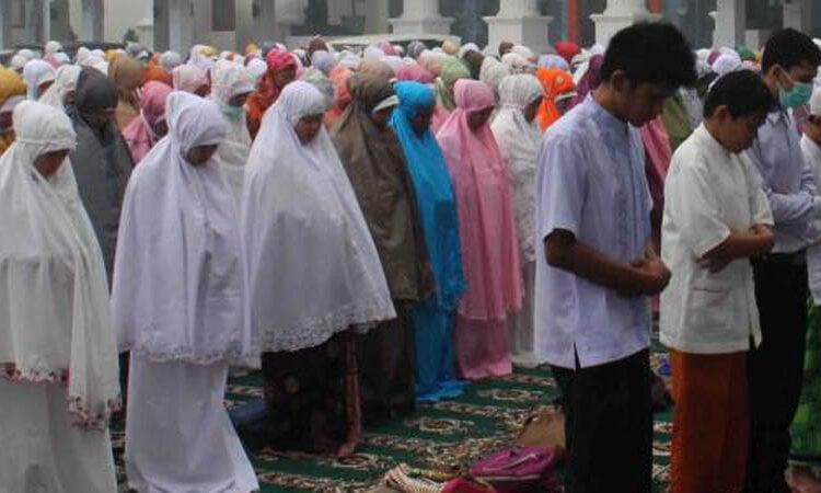 Perempuan Gunakan Mukena Warna-warni saat Salat. Bagaimana Islam Menilainya?