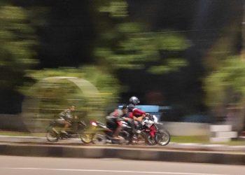 Balap liar, salah satu hal yang bisa Kamu temukan saat nongkrong di Jalan Khatib Sulaiman Padang (Ocky A.M)